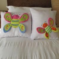 Almohadòn: Cada niña amará esta mariposa sentarse en su cama mientras ella está jugando con las alas sueltas 3D wings. En http://www.allsewcrafty.com/content/butterfly-pillow-5x7