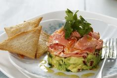 For a fresh gourmet snack, serve this tasty avocado and salmon stack served with crispy melba toast. Salmon Recipes, Fish Recipes, Healthy Recipes, Avocado Recipes, Healthy Foods, Cake Recipes, Quick Restaurant, Salmon Avocado, Cooking Salmon