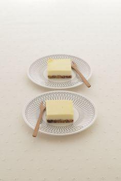 チーズケーキのベースは、市販のクッキーにチョコレートを混ぜて作ります。/おすそ分けスイーツ(「はんど&はあと」2012年10月号)