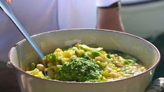 Soupe au pistou er en provençalsk grønnsaksuppe med pesto. Brødrene Price lager den med masse friske grønnsaker i Menton på den franske riviera.