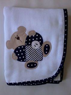 Confeccionada em tecido fralda com 04 camadas para melhor absorção. Patch apliquée e viés em tecido 100% algodão.  *As cores para o viés e o tema para o aplique podem ser escolhidos. Consulte disponibilidade. **Ideal para secar bebês recém-nascidos. R$ 42,90: Applique Patterns, Applique Designs, Embroidery Applique, Quilting Designs, Machine Embroidery, Quilt Baby, Sewing For Kids, Baby Sewing, Scrapbook Bebe