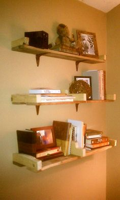 SIMPLE Pallet wall shelves. Maybe for the bathroom or office?