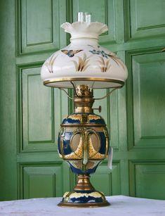 Bardzo  efektowna  lampa  naftowa   , koniec XIX wieku     Sprawna  technicznie  .  Klosz  super malowany     z  ładnym motylem  ,  bez  uszkodzeń   . Jasne  plamy na  niebieskiej polewie korpusu  to  odblaski światła .  Oryginalny kominek szklany  sygnowany  ,  brener  20   .    Wysokość   56 cm , średnica montażowa klosza  23 cm.  Całość  idealny element wystroju , i  ślad  po dawnych czasach.