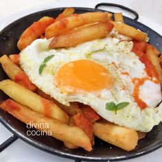 La salsa brava se prepara de distintas formas pero para estos huevos con patatas bravas es mejor hacerla con bastante tomate, para dar jugosidad al plato.