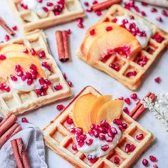 """Polubienia: 9,010, komentarze: 94 – Ewa Chodakowska Fitness Expert (@chodakowskaewa) na Instagramie: """"Oesu... KTO KOCHA GOFRY, stuka paluszkiem dwa razy w ekran 😋 Wrzucam PRZEPIS ❤️ Może się przyda na…"""" Healthy Recipes, Healthy Foods, Waffles, Breakfast, Ethnic Recipes, Fitness, Instagram, Diet, Morning Coffee"""