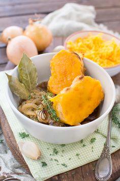 Goldgelber Cheddar macht das Rezept für Zwiebelsuppe von herzelieb so interessant