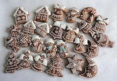 Drobné perníčky na stromek Christmas Treats To Make, Christmas Tree Cookies, Christmas Gingerbread, Christmas Sweets, Christmas Cooking, Holiday Cookies, Christmas Candy, Ceramic Christmas Decorations, Gingerbread Decorations