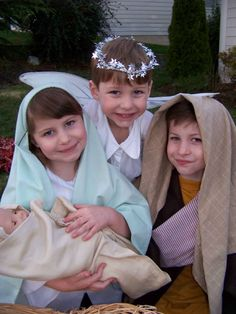 Kids nativity picture idea -- having your kids share the Christmas story is a GREAT way to share the Gospel with unsaved relatives!!!