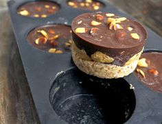Peanut Chocolate Dessert with Almond Hazelnut Base Desserts With Biscuits, No Bake Desserts, Raw Food Recipes, Cake Recipes, Yummy Drinks, Yummy Food, Norwegian Food, Raw Cake, Homemade Sweets
