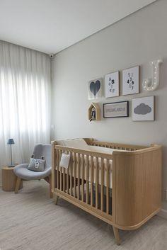 Quarto de bebê - Decoração moderninha - branco azul cinza e madeira clara - berço e quadrinhos ( Projeto: Triplex Arquitetura )