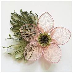 바람따라 꽃잎이 흔들릴것 같은 여리한 분홍빛의 종이감기 꽃입니다. 잎은 지난번 깃털 만들때 처럼 빗을 ...