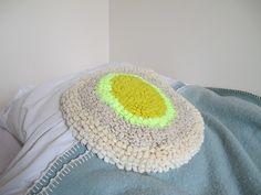 Coussin au crochet fluo - Création Hermine Van Dijck