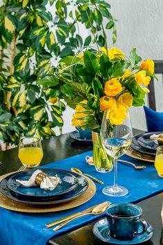 Bucură-te de fiecare zi de un cămin colorat și descoperă decorațiuni frumoase care se integrează în stilul tău de amenajare. La Nobila Casa, găsești articole moderne și mai ales care țin pasul cu moda. Smile Everyday, Mai, Table Settings, Table Decorations, Blue, Home Decor, Decoration Home, Room Decor, Place Settings