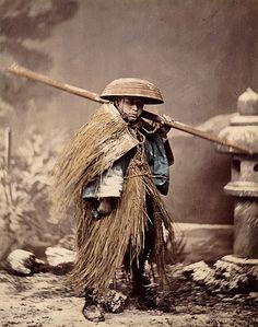 BnF - Trésors photographiques de la Société de géographie - Porteur en manteau de pluie • 1880 ?