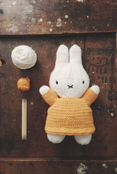 Aaaaaaugh!!! I want I want I want I want!!! - Knitted Miffy made by Ashley Yousling. Free pattern by knitterbees here http://www.ravelry.com/patterns/library/miffy-and-her-balloon