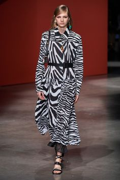 Ports 1961 Spring 2020 Ready-to-Wear Fashion Show Collection: See the complete Ports 1961 Spring 2020 Ready-to-Wear collection. Look 24 2020 Fashion Trends, Fashion Week, Fashion 2020, Spring Fashion, Animal Print Fashion, Fashion Prints, Fashion Design, Animal Prints, Fashion Show Collection