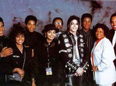 The Jackson Family backstage at Michael Jackson's BAD World Tour Michael Jackson Bad, Michael Jackson Fotos, Michael Jackson Thriller, The Jackson Five, Jackson Family, Janet Jackson, 3t Jackson, King Of Music, The Jacksons