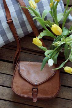 """Die Tasche schlechthin für unterwegs! Denn mit """"Charleene"""" kannst Du nicht nur Dein Portemonnaie unterbringen, sondern auch problemlos ein iPad mini verstauen. Auch Dein Lieblingsbuch und ein Notizblock finden im großen Innefach einen Platz - Lederhandtasche - Gusti Leder - K61b"""