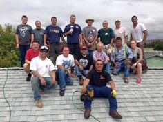 Ao ver seu vizinho de 75 anos consertando o telhado de casa sozinho, o americano David Perez tirou uma foto da cena, postou no Facebook e pediu aos amigos que compartilhassem para chegar a profissionais que entendessem do serviço. Cerca de 20 voluntários apareceram e realizaram o trabalho.
