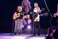 """@/taylorswift13: Never thought I'd say this but """"Smelly Cat"""" was on my set list last night. @/LisaKudrow, you are the greatest."""