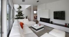 Duży salon z kominkiem i telewizorem