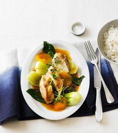 Schneller kann man vier Menschen kaum glücklich machen: Während die Hähnchenbrust im Ofen gart, brät man Pak Choi und serviert beides mit Orangensauce und Shiso-Kresse.