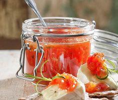 Hemgjord marmelad med tomat och rosmarin. En piffig smaksättare till vilken ost som helst. Och glöm inte knäckebrödet!