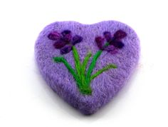 Kalp Keçe SabunKeçe sabun, kalp şeklinde kesilmişzeytinyağı bazlı ev yapımı organik sabun üzerine özel bir teknikileişlenen 0 doğal Merinos yününden el işçiliği ile üretilmiştir.Keçe sabun içine işlenmişdoğal keçe lifleri sayesinde y