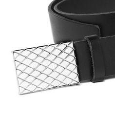 Detalle de la hebilla de acero del cinturón Rombos de piel negro, de Union Suiza.
