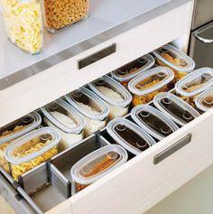 Выкинуть хлам На малогабаритной кухне важно правильно использовать пространство. Все необходимые кухонные атрибуты должны быть в легкой доступности, но при этом не мешать готовить и свободно перемещаться на кухне. Уберите лишнюю посуду, разберитесь в шкафах, смело выбрасывайте старые и ненужные вещи, избавьтесь от хлама. Разложите все по полочкам.
