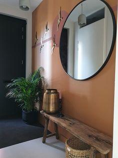 Inspiratie en ideeën voor een kleine gang | Huizedop Small Entryways, Small Hallways, Home Design, Cottage Entryway, Frame Wall Collage, Hallway Inspiration, Hallway Decorating, Victorian Homes, Interior Design Living Room