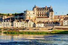 Edifié sur un promontoire rocheux surplombant la Loire, Amboise est le château où François Ier passa son enfance. Résidence et lieu d'éducation des princes et des princesses, Louise de Savoie y élève ses deux enfants, Marguerite d'Angoulême et François, futur roi de France.