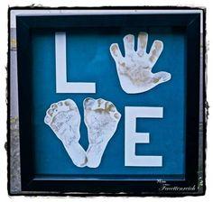 Ein selbst gestaltetes Bild kommt immer gut an ♥ Hand- und Fussabdruck des Kindes um ein L O V E zu bilden. Super Geschenktipp!!!