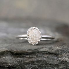 Hey, diesen tollen Etsy-Artikel fand ich bei https://www.etsy.com/de/listing/125317997/raw-diamond-ring-crown-style-setting