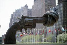 Escultura a la No Violencia, de Karl Fredrik Reutersward, en la sede de la ONU en Nueva York.
