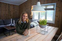 Randi Moseid synes det er helt greit at hytta ikke har innlagt vann. Cottage Interiors, Bean Bag Chair, Pattern Design, New Homes, Cabin, Inspiration, Furniture, Home Decor, Tiny Houses