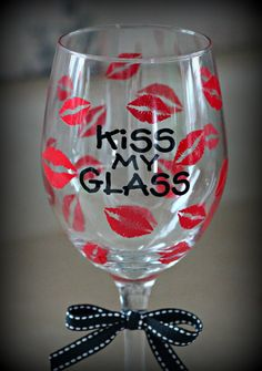 Kiss My Glass! Diy Valentine's Wine Glasses, Glitter Glasses, Decorated Wine Glasses, Painted Wine Glasses, Wine Craft, Wine Bottle Crafts, Wine Glass Sayings, Wine Glass Designs, Personalized Wine Glasses