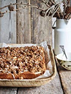 Når du ikke har lyst å bruke lang tid på kjøkkenet for å bake en kake, er eplekake i langpanne med smuldretopping midt i blinken for deg. Smuldretoppingen er valgfritt. Jeg ELSKER smuldretopping og bruker gjerne de 5 minuttene ekstra for å lage den, men kaken er god uten også. Strø gjerne litt perlesukker og [...] Read More... The post Eplekake i langpanne med smuldretopping appeared first on Mat På Bordet. Let Them Eat Cake, Tiramisu, Ethnic Recipes, Desserts, Fall, Tailgate Desserts, Autumn, Deserts, Fall Season