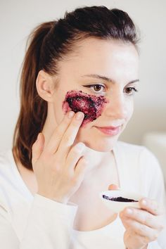 Inside   Out: Acai Breakfast Bowl   Skin Brightening Mask | http://helloglow.co/acai-bowl-recipe-and-face-mask/