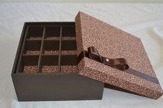 Porta bijuteria com a tampa e fundos forrados com tecido, e a caixa pintada a mão. Decorada com fita de cetim e pérola. R$ 55,00