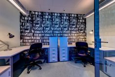 Larger desks will help you increase your productivity! See more inspiring ideas from Google, Apple and Facebook offices by clicking on the image!