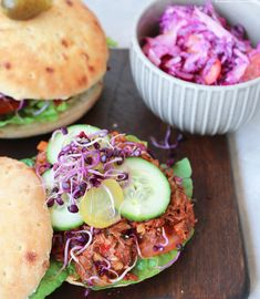 what Ina loves ❤️ : endlich probiert: Pulled Jackfruit Burger Pulled Pork Burger, Jackfruit Burger, Sandwiches, Pasta, Salmon Burgers, Breakfast, Ethnic Recipes, Food, Proper Tasty