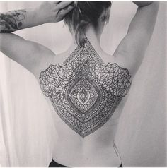 021TattooBlackwork_Tattoo_Ruecken_tattooidee.com