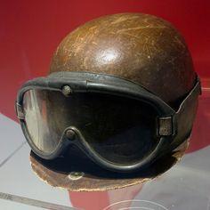 f1 El casco y las gafas de protección de Juan Manuel Fangio en el Museo Ferrari ... Increíble como han cambiado los tiempos