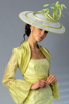 Another very stylish wedding guest outfit by Presen.