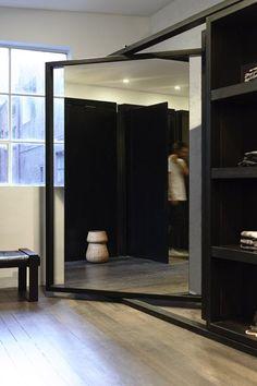 Mur de separation dans la chambre avec un dressing et entrée par miroir sur pivot