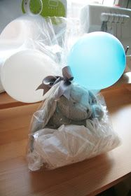 Envolver un peluche Baby Shower, Ideas Para, Presents, Diy Crafts, Key Fobs, Plushies, Wrapping, Bags, Wrap Gifts