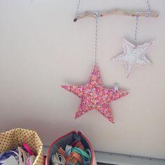 Nouvel essai mobile avec des étoiles !!! Celui la il est pour moi pour décorer mon atelier ! Qu'est ce que vous en pensez ? Vous préférez les  ou les  ? #création #déco #mobile #étoile #boisflotté #danslatetedelili #couture #faitmain #faitavecamour by dans_la_tete_de_lili