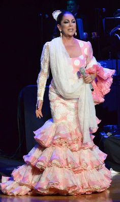 #IsabelPantoja con #batadecola de #lunares rosa y blanca diseñada por Lina.