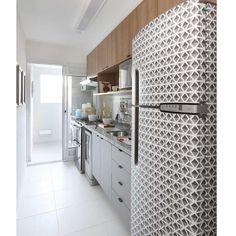 Aquela cozinha básica que recebeu um up com a geladeira adesivada com vinil P&B. Projeto: Mandril Arquitetura | Foto: Mariana Orsi #lardocedecor #lardocecasa #arquitetura #decor #geladeira #ideia #criativa #homedecor #mood #ootd # love #cozinha -#kitchen